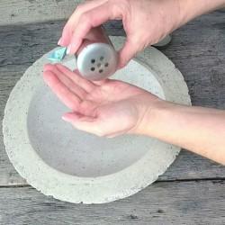 Handgemachte Naturseifenflocken im praktischen Streuer für Bad, Gäste-WC